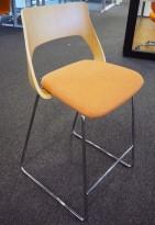 Barstol i eik / oransje stoff fra Kinnarps, modell Embrace, sittehøyde 65cm, pent brukt
