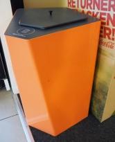 Søppelbøtte / papirkurv / kildesortering for restavfall i koralfarget metall fra Trece, pent brukt