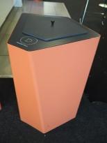 Søppelbøtte / papirkurv / kildesortering for matavfall i koralfarget metall fra Trece, pent brukt