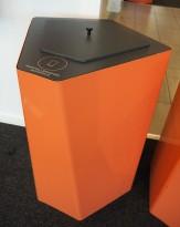 Søppelbøtte / papirkurv / kildesortering for papp i koralfarget metall fra Trece, pent brukt