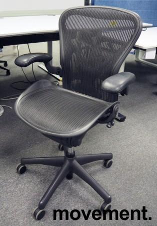 """Kontorstol: Herman Miller Aeron i sort mesh, Størrelse Medium (2 prikker), """"ny type"""" korsryggstøtte, pent brukt bilde 1"""