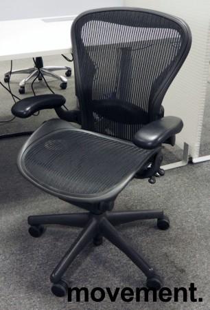 Kontorstol: Herman Miller Aeron i sort mesh, Størrelse Medium (2 prikker), korsryggstøtte, pent brukt bilde 1