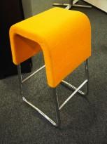 Materia Plint barpall / barkrakk i oransje stoff / krom, bredde 33cm, høyde 65cm pent brukt