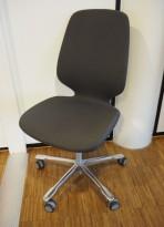 Kinnarps Monroe konferansestol i mørk grå / oliven / polert aluminium, pent brukt