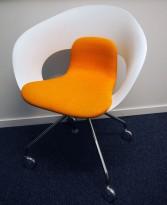 Konferansestol på hjul fra Skandiform i hvit / oransje stoff, modell Deli, pent brukt