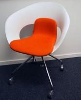 Konferansestol på hjul fra Skandiform i hvit / rødoransje stoff, modell Deli, pent brukt