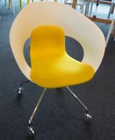 Konferansestol på hjul fra Skandiform i hvit / gult stoff, modell Deli, pent brukt