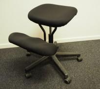 Kontorstol: Ergonomisk knestol i sort stoff / sort understell, pent brukt
