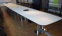 Stort konferansebord i hvitt med sort kant / krom, 972x140cm, passer 32-34personer, pent brukt