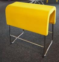 Materia Plint barpall / barkrakk i gult stoff / krom, bredde 60cm, høyde 65cm pent brukt