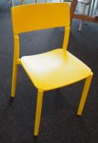 Konferansestol i gul plast fra IKEA, modell Janinge, stablestol, pent brukt