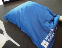 Saccosekk / loungemøbel i blått stoff med reklame, pent brukt