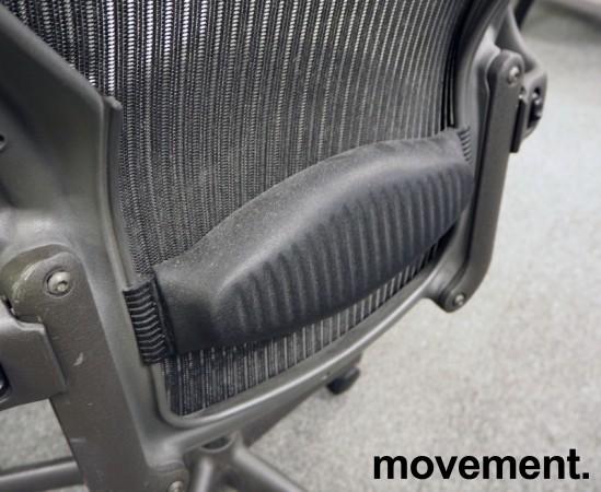 Kontorstol: Herman Miller Aeron i sort mesh, Størrelse Large (3 prikker), pent brukt bilde 3