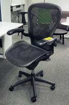Kontorstol: Herman Miller Aeron i sort mesh, Størrelse Large (3 prikker), pent brukt