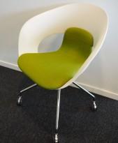 Konferansestol på hjul fra Skandiform i hvit / grønt stoff, modell Deli, pent brukt