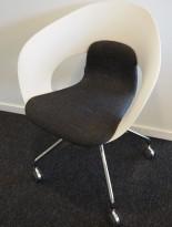 Konferansestol på hjul fra Skandiform i hvit / mørkt grått stoff, modell Deli, pent brukt