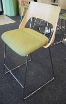 Barstol i eik / grønt stoff fra Kinnarps, modell Embrace, sittehøyde 65cm, pent brukt