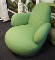 Lekker loungstol i grønt stoff fra Blå Station, modell Oppo med armlene, pent brukt