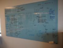 Whiteboard i blått glass, 200x120cm, magnetisk, pent brukt