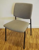 Konferansestol i lys brun / sort fra Sesta Italia, modell Q-44, kan kobles sammen i rekker, pent brukt