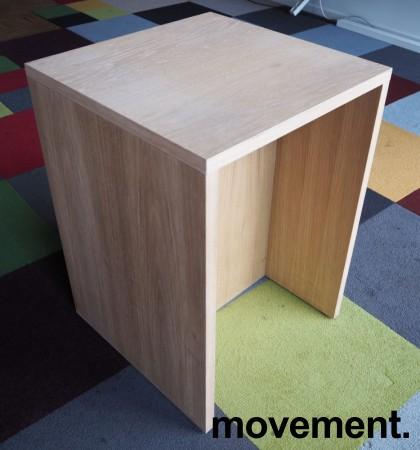 Sidebord / liten skjenk / mediabenk i hvitpigmentert eik, 50x50cm, høyde 70cm, pent brukt bilde 2