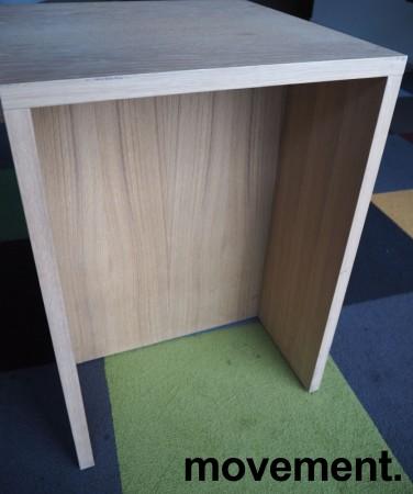 Sidebord / liten skjenk / mediabenk i hvitpigmentert eik, 50x50cm, høyde 70cm, pent brukt bilde 3