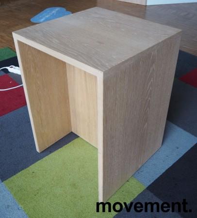 Sidebord / liten skjenk / mediabenk i hvitpigmentert eik, 50x50cm, høyde 70cm, pent brukt bilde 1