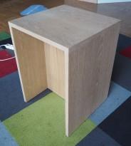 Sidebord / liten skjenk / mediabenk i hvitpigmentert eik, 50x50cm, høyde 70cm, pent brukt