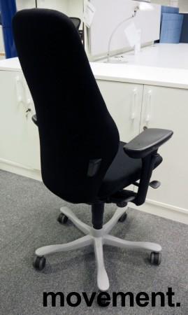 Kontorstol: Kinnarps Plus [8] med høy rygg, armlene, sort stofftrekk, pent brukt bilde 2