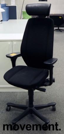 Kontorstol: Kinnarps 9000-serie i sort med nakkepute i skinn, Gel-armlene, sort kryss, pent brukt bilde 1