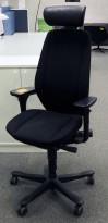 Kontorstol: Kinnarps 9000-serie i sort med nakkepute i skinn, Gel-armlene, sort kryss, pent brukt