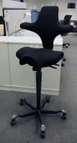 Ergonomisk kontorstol fra Håg: Capisco 8106, sort stoff, sort kryss, høy, 85cm maxhøyde, pent brukt