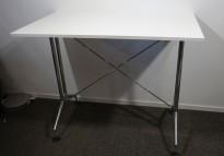 Barbord / ståbord i hvitt / polert aluminium fra Vitra, modell Adhoc, 140x80cm, pent brukt understell med ny plate