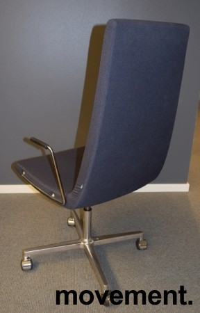 ForaForm Clint konferansestol på hjul med høy rygg og armlene i grått stoff, understell i krom, pent brukt bilde 3