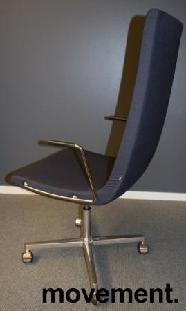 ForaForm Clint konferansestol på hjul med høy rygg og armlene i grått stoff, understell i krom, pent brukt bilde 2