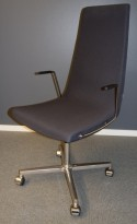 ForaForm Clint konferansestol på hjul med høy rygg og armlene i grått stoff, understell i krom, pent brukt