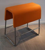 Materia Plint barpall / barkrakk i orange stoff / krom, bredde 60cm, høyde 63cm, pent brukt