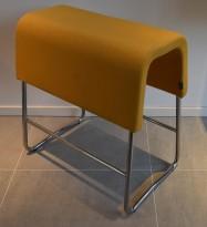 Materia Plint barpall / barkrakk i gulorange stoff / krom, bredde 60cm, høyde 63cm, pent brukt