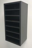 Posthylle / sorteringshylle i sort med 7 rom, bredde 30cm, høyde 60cm, for montering på vegg, pent brukt