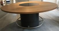 Høyt (90cm), rundt møtebord / mingelbord i eik, Ø=200cm, glassplate i senter og fotring i børstet stål, pent brukt