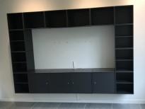 Vegghengt mediamøbel fra Montana, mørk grå farge, 258,5cm bredde, 175cm høyde, 16 moduler, pent brukt