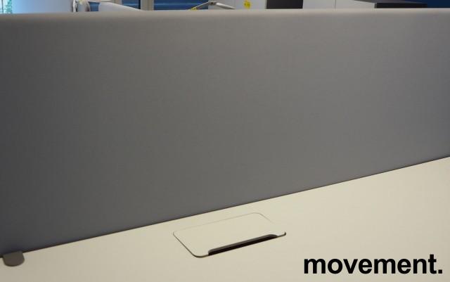 Bordskillevegg i lyst grått stoff fra Abstracta, 160x65cm, pent brukt bilde 1