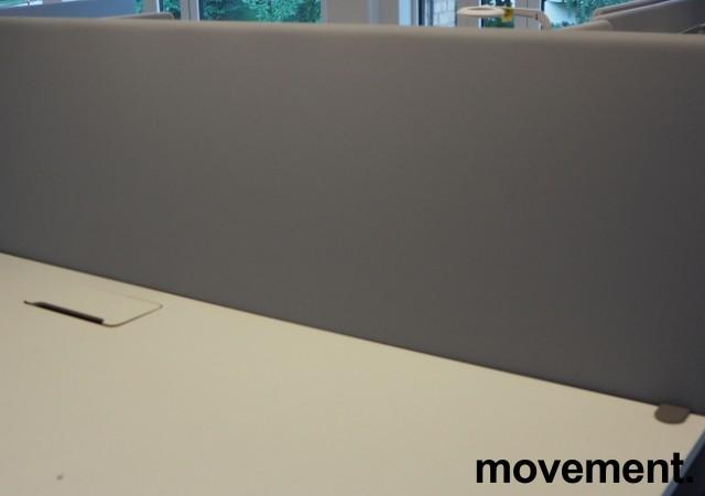 Bordskillevegg i lyst grått stoff fra Abstracta, 160x65cm, pent brukt bilde 2