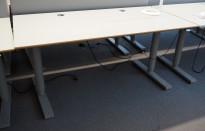 Martela elektrisk hevsenk-skrivebord 160x80cm, Lys grå plate med kant i lakkert MDF, Grått understell, kabelluke, brukt