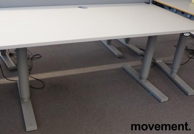 Martela elektrisk hevsenk-skrivebord 160x80cm, Lys grå plate, Grått understell, pent brukt bilde 2