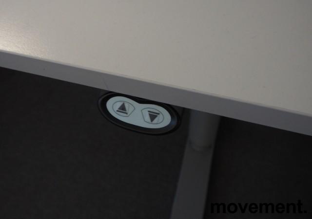 Martela elektrisk hevsenk-skrivebord 160x80cm, Lys grå plate, Grått understell, pent brukt bilde 3