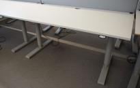 Martela elektrisk hevsenk-skrivebord 160x80cm, Lys grå plate, Grått understell, pent brukt