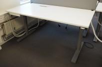 Martela elektrisk hevsenk-skrivebord 160x80cm, Hvit plate, Grått understell, kabelluke, pent brukt