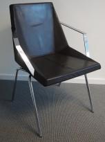 Konferansestol i mørkt brunt skinn / krom fra Klaessons / Materia, mod Mayflower, pent brukt