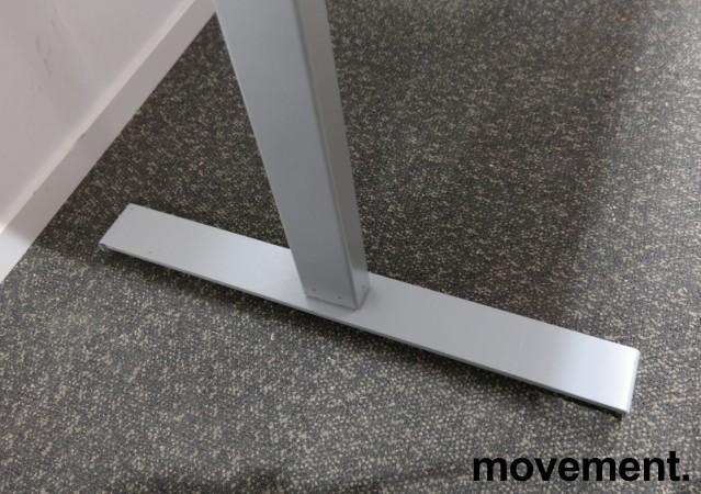 Skrivebord med elektrisk hevsenk i hvitt / grått fra Linak, 160x80cm, pent brukt understell med ny plate bilde 4